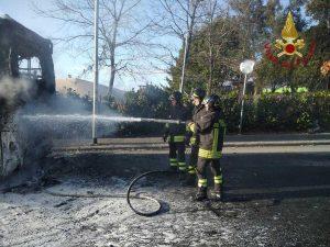 Pullman in fiamme a Bracciano