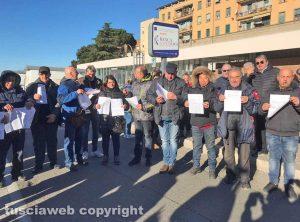 Viterbo - Ambulanti asserragliati per protesta al parcheggio del Sacrario