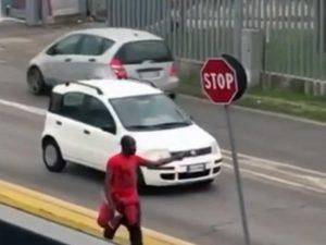Castiglione delle Stiviere - Un 29enne scende in strada e aggredisce i passanti con un'ascia