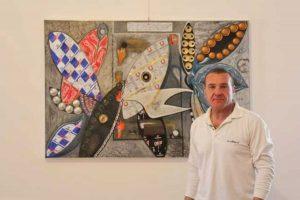 Claudio Sireci con una delle sue opere