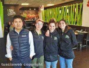 Viterbo - Li Zhimiao e lo staff del ristorante Shizen