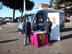 Il camper della polizia a piazza degli Almadiani
