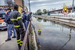 Milano - I soccorritori sul Naviglio