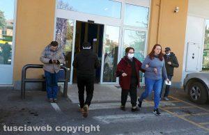 Coronavirus - Ingressi contingentati in banca, la fila