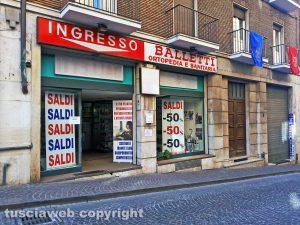 Tra i servizi essenziali i negozi di sanitaria