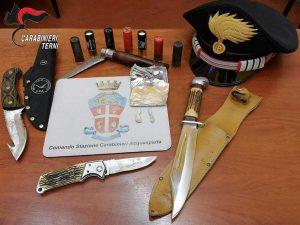Acquasparta - I coltelli e le cartucce sequestrate dai carabinieri