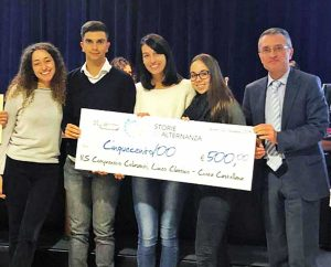 Il dirigente scolastico dell'istituto Colasanti Massimo Bonelli con i suoi alunni durante una premiazione