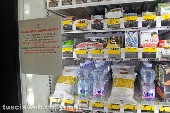 Coronavirus - Viterbo - Il distributore automatico in via Roma