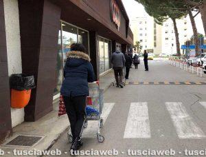 Tarquinia - Coda fuori da un supermercato