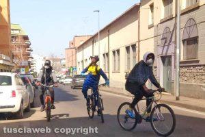 Viterbo - Gruppo di uomini in bicicletta in controsenso in via Garbini