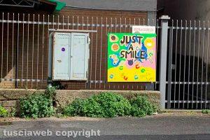 """Viterbo - Il cartello """"Just a smile"""" in via Oslavia"""