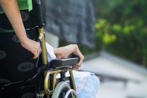 Casa di riposo - Anziano su una sedia a rotelle - Immagine di repertorio