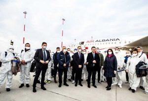 Fiumicino - Il ministro Di Maio e i medici albanesi arrivati in Italia per l'emergenza coronavirus