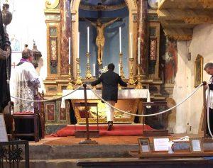 Bagnoregio - Il sindaco Profili prega davanti al crocifisso di Civita