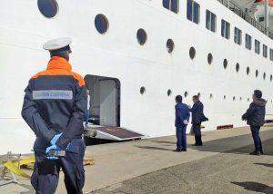 Nave ferma al porto, visita dell'ambasciatore brasiliano