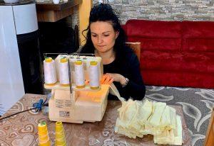 Barbarano Romano - Coronavirus - Una delle volontarie che produce mascherine
