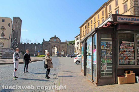 La distribuzione delle mascherine all'edicola di piazza della Rocca