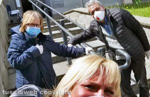 Coronavirus - Da sinistra Fiorella Biribicchi con la figlia Nicoletta Isidori e il marito fuori Belcolle