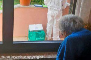 """Tuscania - La """"finestra delle visite"""" nella Rsa Villa Alessandra - Il giorno dei tamponi"""