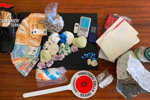 La droga e i contanti sequestrati dai carabinieri di Terni