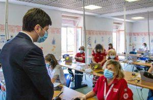 Roberto Speranza nella sala operativa della Croce Rossa Italiana