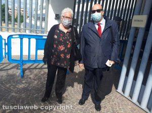 Nonna Mirella all'entrata del tribunale col difensore Fontana