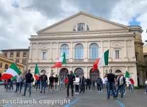 Viterbo - Manifestazione mascherine tricolori