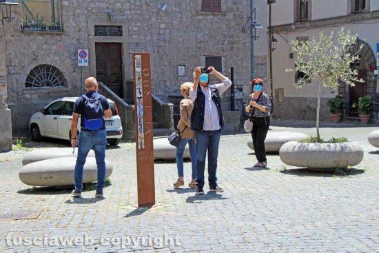 Viterbo - Turisti in piazza San Carluccio