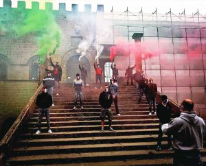 Viterbo - Mascherine tricolori sulla scalinata del palazzo dei Papi