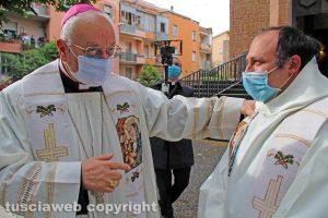 Il vescovo Lino Fumagalli con un sacerdote