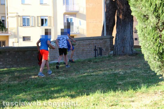 Viterbo - Ragazzi scappano al parco Peppino Impastato