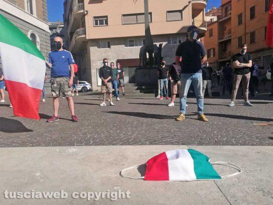 Viterbo - Il movimento delle mascherine tricolori