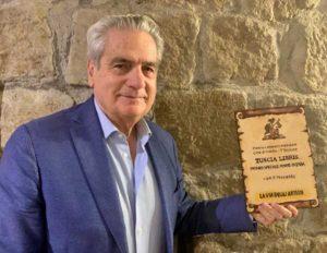 Tuscia libris, il sindaco con una delle pale premio realizzate dall'artista Cinzia Chiulli