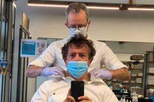 Bergamo - Il sindaco Giorgio Gori dal barbiere