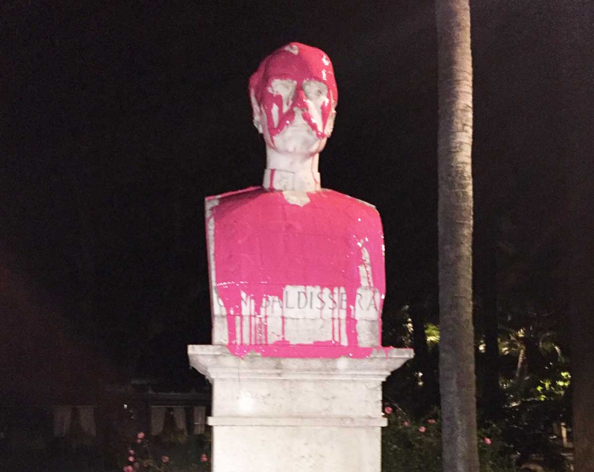 Roma, vernice rossa su statua Baldissera al Pincio