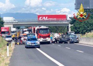 Arezzo - Scontro tra due auto e un tir sull'A1