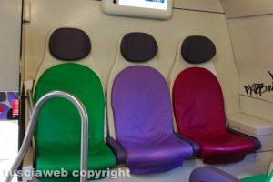 Sedili del treno senza adesivi per il distanziamento