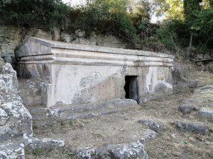 Tuscania - La Tomba del dado