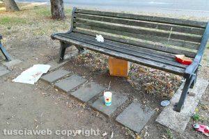 Viterbo - I rifiuti sulla panchina