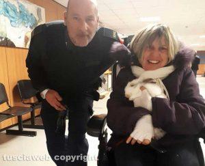 Mariarosa Fonti in tribunale col coniglietto Adriano, scortata da Enzo Colasuonno