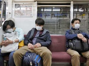 Giappone, mascherine sulla metropolitana