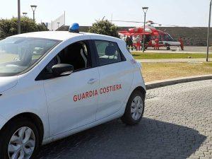 L'intervento di guardia costiera e vigili del fuoco