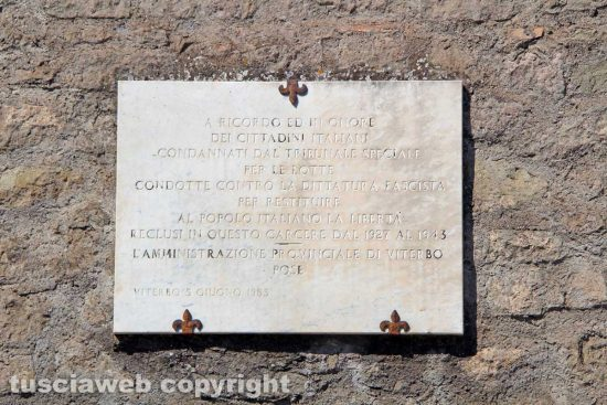 Viterbo - Unitus - L'epigrafe a ricordo dei detenuti antifascisti a Santa Maris in Gradi