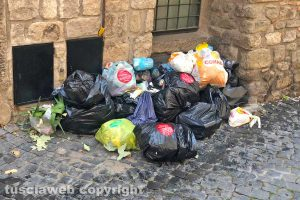 Viterbo - I rifiuti in via di Pianoscarano