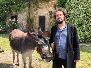 Giuseppe Sansonna durante le riprese del documentario nella Tuscia