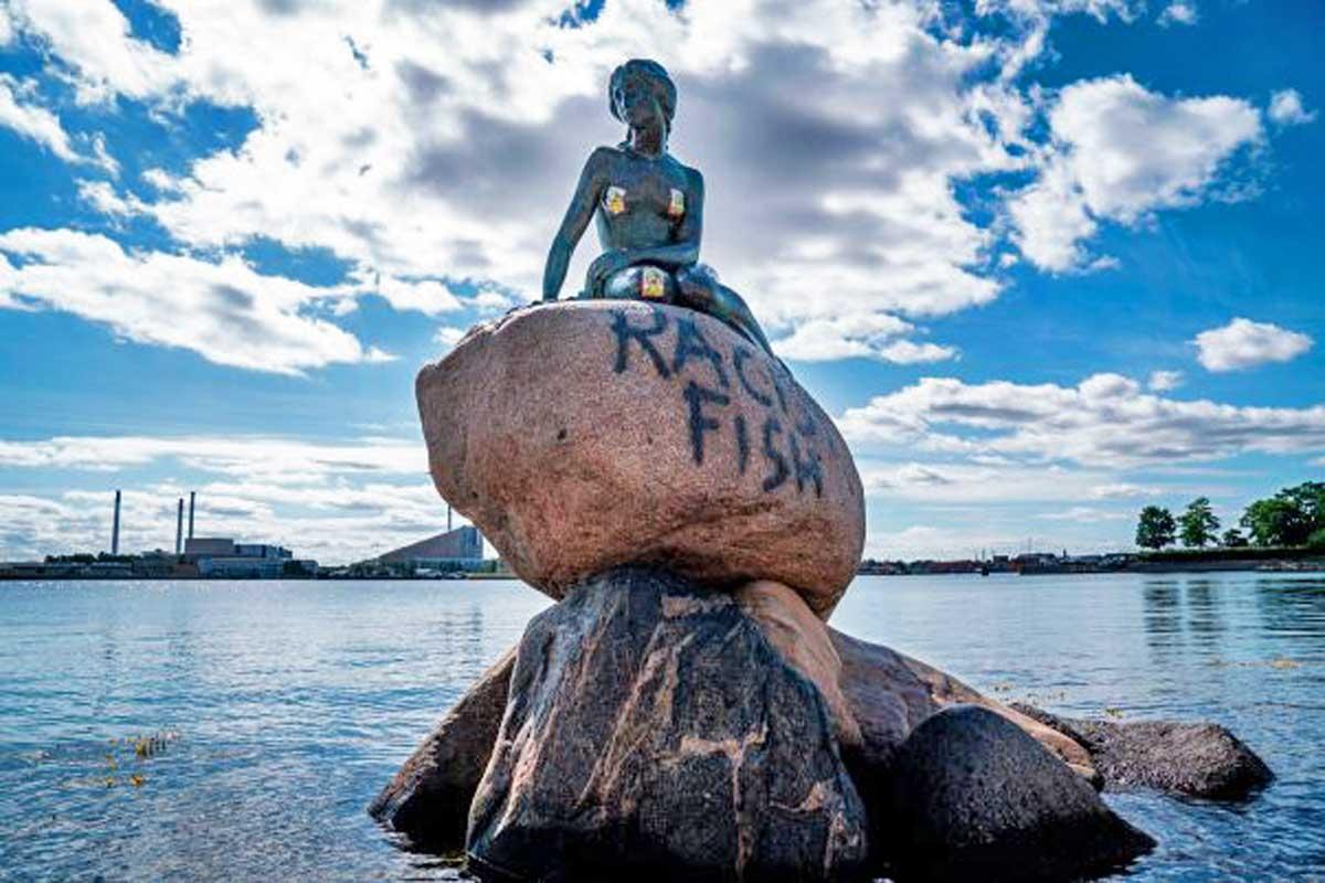 Ora anche la Sirenetta è razzista: imbrattata la statua a Copenaghen