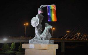 Varsavia, durante il gay prode alcuni manifestanti hanno appeso bandiere arcobaleno sui monumenti della città
