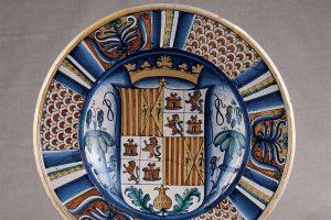 Un piatto con stemma araldico dei Castiglia e D'Aragona