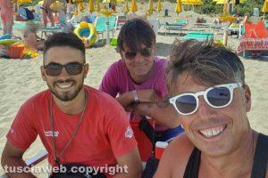Il capo bagnino Paolo Pizzala con due colleghi