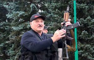 Lunkashenko imbraccia un fucile e indossa un giubbotto antiproiettile